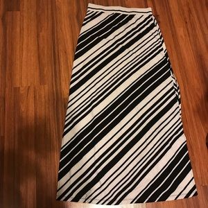 Guess skirt long black and white color and size L